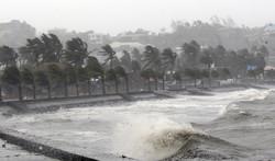 На Филиппинах бушует мощный тайфун