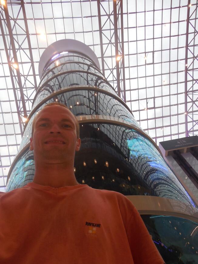 Гигантский развлекательный центр «Авиапарк»: самый высокий цилиндрический аквариум в мире
