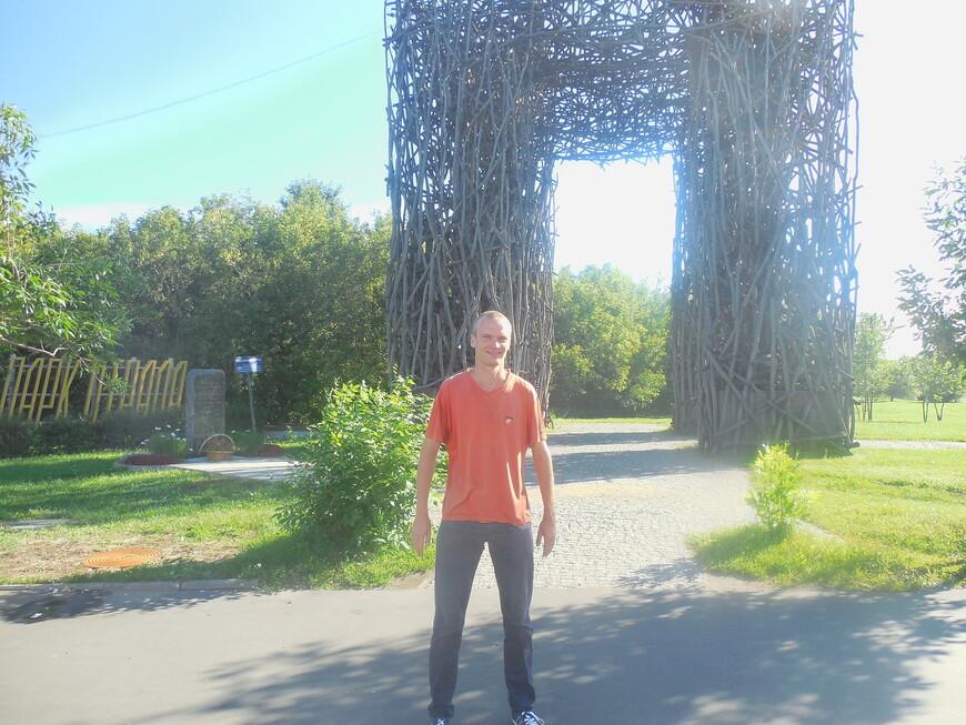 Парк «Отрада»: Лихоборские ворота (огромная прямоугольная арка, составленная из десятков переплетённых стволов орешника)
