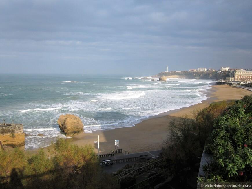 вид на Биарриц с противоположной части пляжа