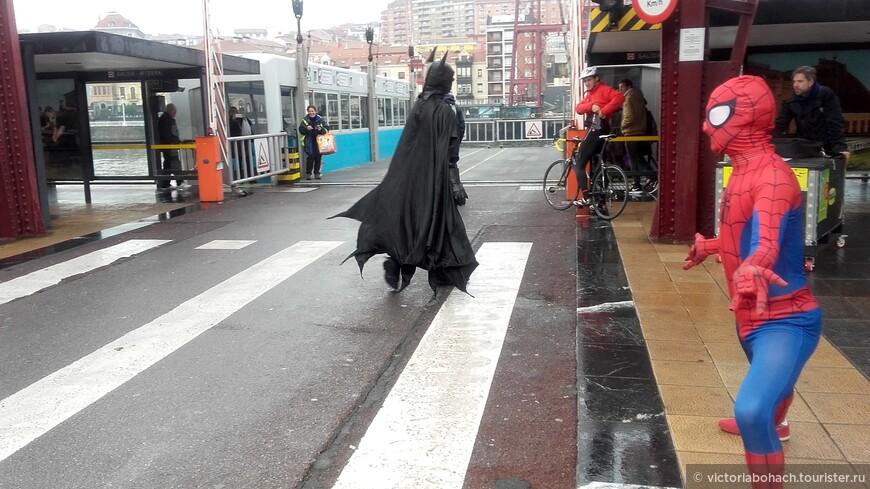 Супергерои подбадривают водителей на переправе в Гечо.