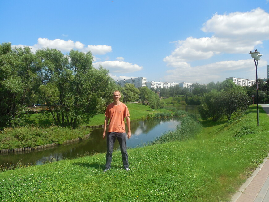 Этнографический комплекс «Бибирево» (Этнографическая деревня) - берега пруда укреплены брёвнами, смотрится эффектно