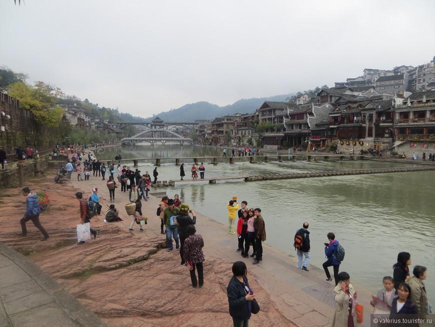 через речку кроме больших мостов сделаны еще пот такие мостики в виде столбиков. Город ооочень популярен у китайских туристов. европейского типа туристы были замечены всего один или 2 раза