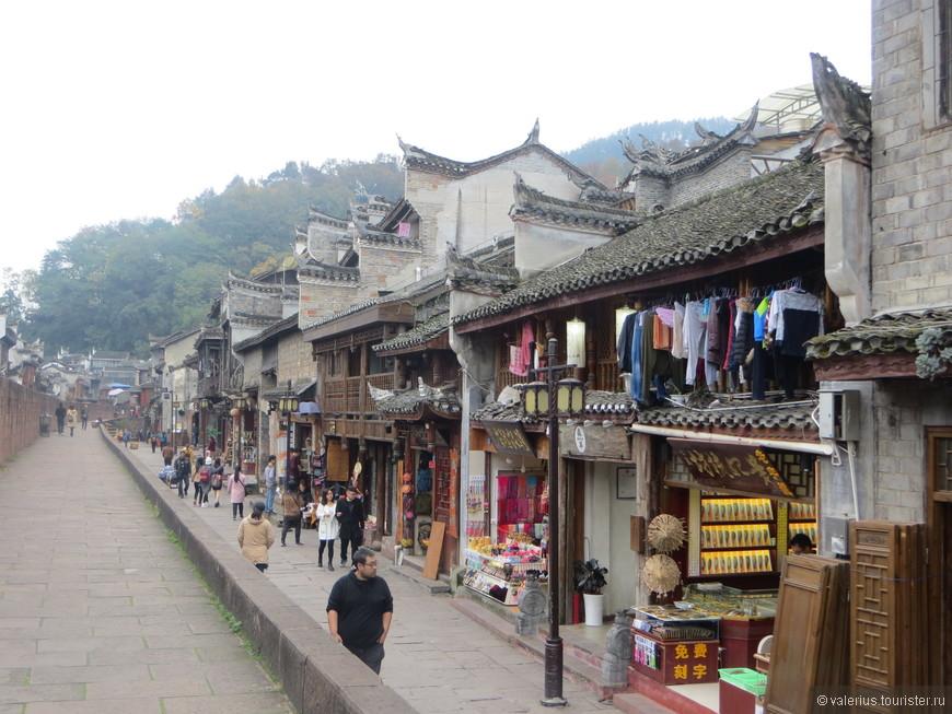 пространство внутри древнего города в основном превращено в гигантскую сувенирную лавку