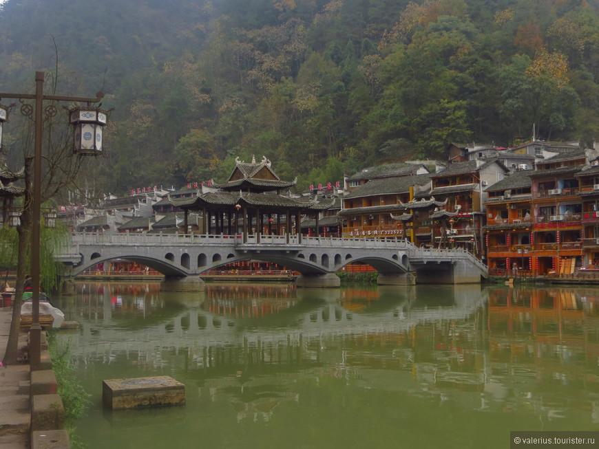 город продолжает отстраиваться, вдоль речки отстраивают новые мосты и  отели под старину