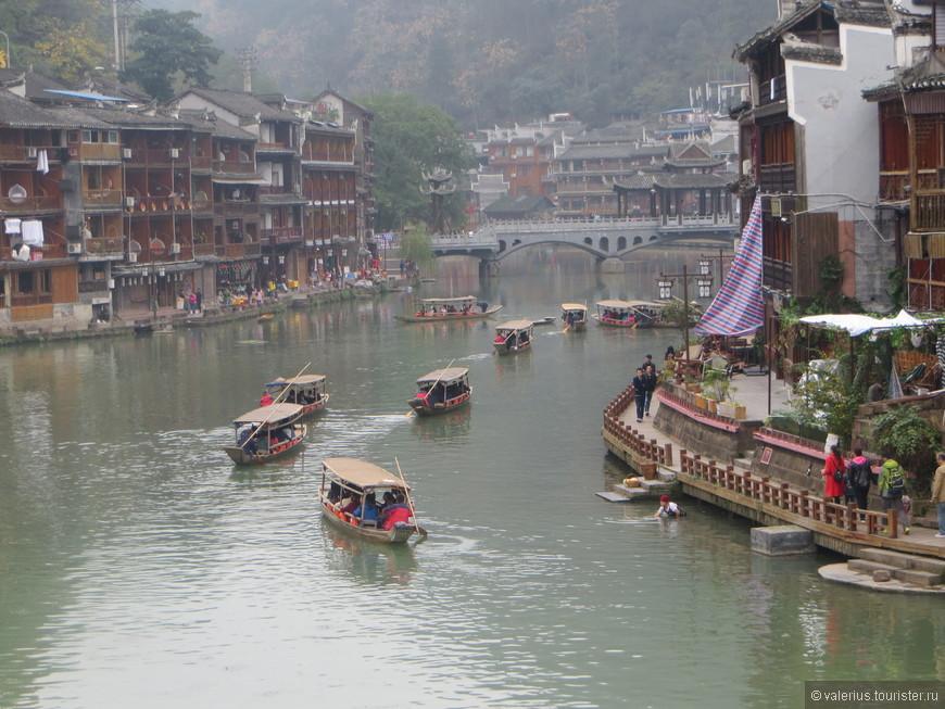 утром целые флотилии лодок с  вновь прибывшими китайцами отправляются в речной круиз