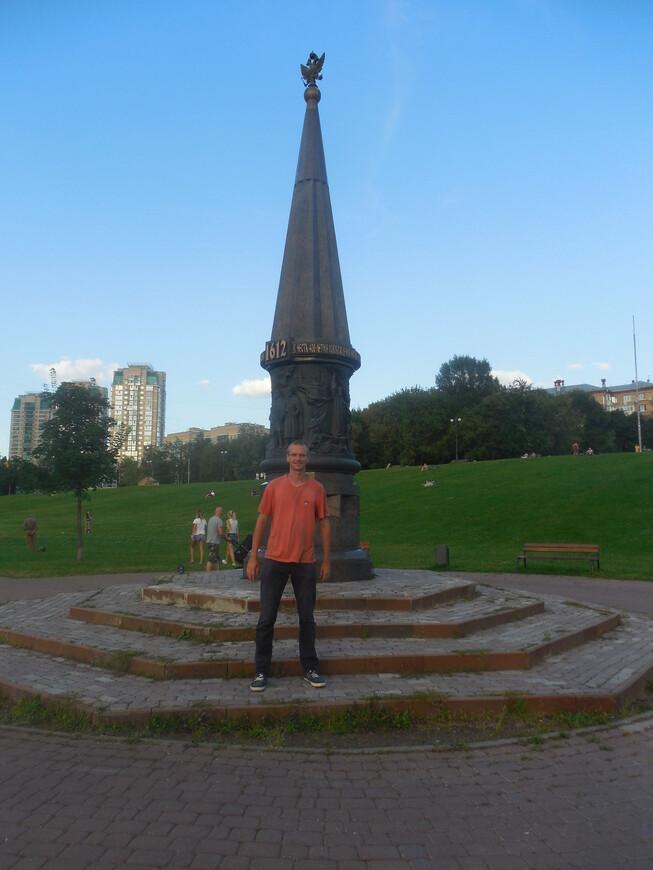 Парк «Акведук»: памятный знак «В честь 400-летия освобождения Москвы вторым народным ополчением под предводительством князя Пожарского и земского старосты Минина»