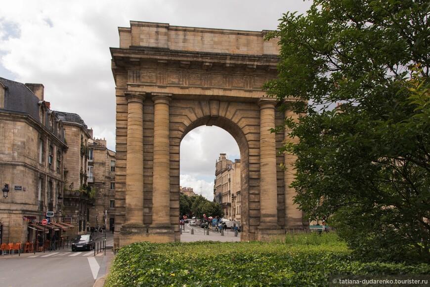 Триумфальная арка в Бордо или Бургундские ворота, возведенные в честь триумфального прибытия  в город Наполеона.