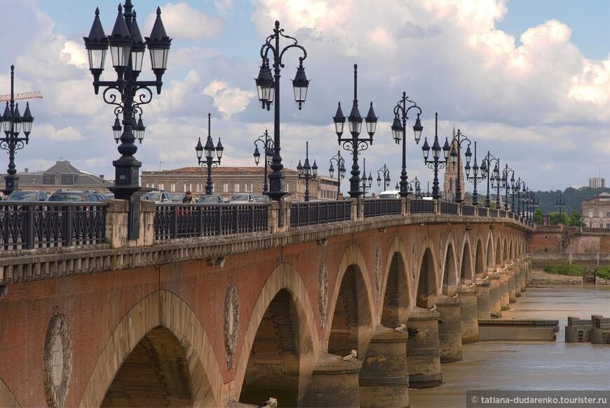 Левый и правый берег реки Гаронна в Бордо связывает Каменный мост.  Построен он в начале 1800 годов, а сегодня внесет в реестр памятников исторического и архитектурного наследия.