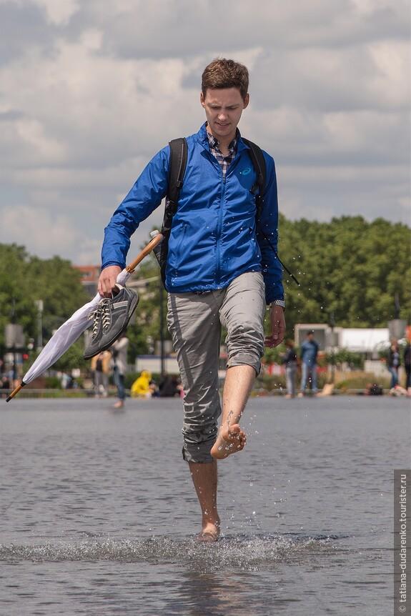 """Удивительный фонтан - """"водное зеркало"""". Здесь любят отдыхать горожане, он привлекает также  большое количество туристов"""