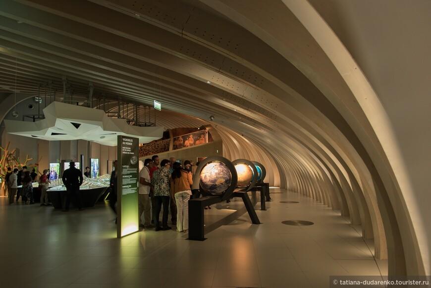 интерактивная экспозиция музея состоит из 20 инсталляций, посвящена истории и культуре вина, главным винодельческим регионам мира и процессу создания вина.