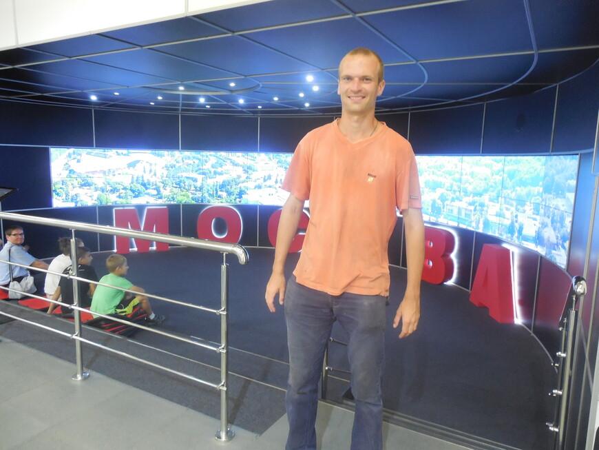 На большом интерактивном экране можно ознакомиться с историей города Москвы, со дня основания 1147 года по наши дни и узнать немного планов на будущее