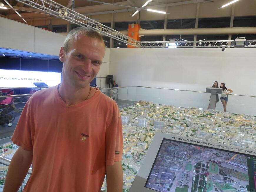 Интерактивные экраны, на которых можно прочитать о каждом здании