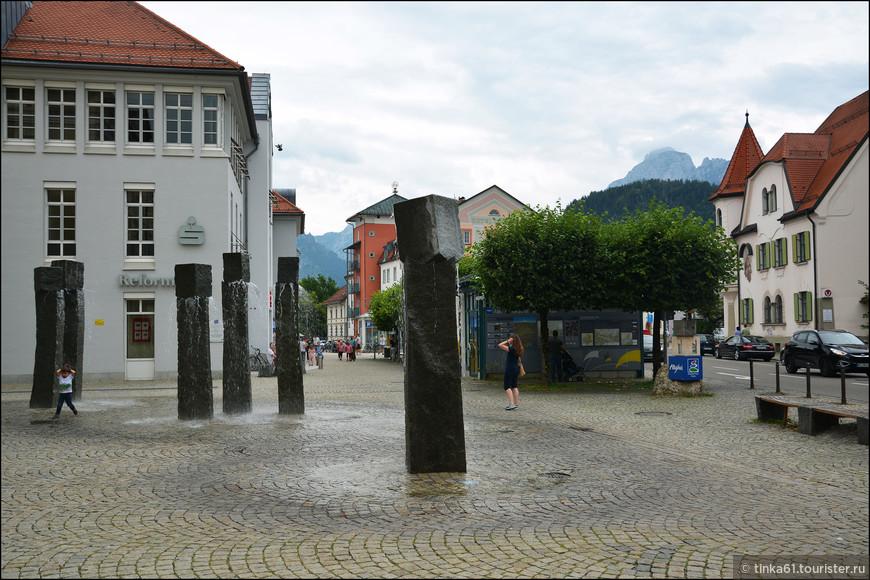 Современные фонтаны рядом с Туристическим офисом Фюссена.