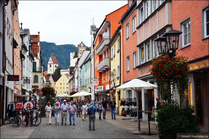 Нарядная Reichenstrasse – главная торговая улица Фюссена.