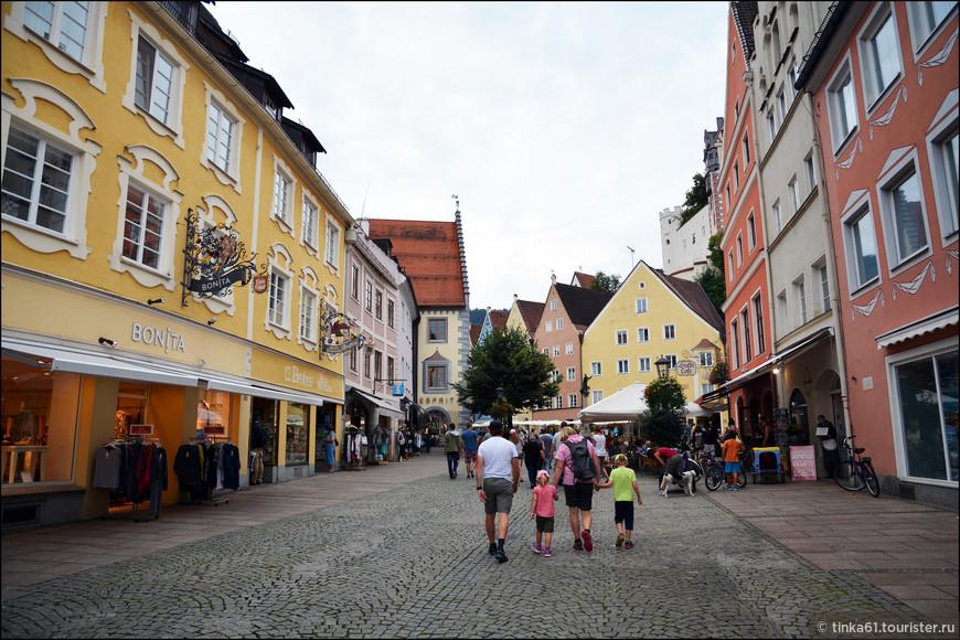 Рейхенштрассе - старинная торговая улица,  когда-то  она являлась частью древне-римской дороги Виа Клаудиа Августа, а сейчас здесь пешеходная зона Фюссена