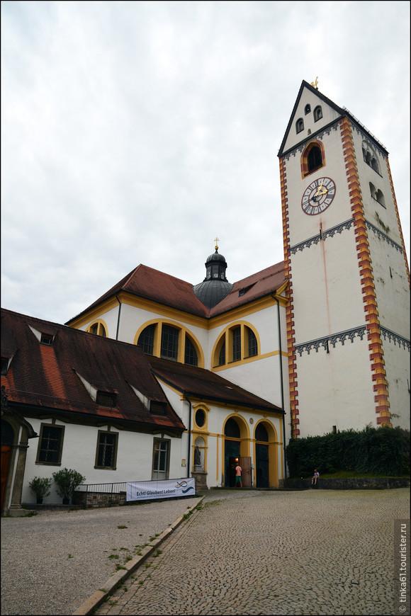 Согласно легенде Святой Магнус проповедовал слово божье в лесах Баварии целых 26 лет. Жители Фюссена увековечили его имя, построив монастырь. В 18 веке  Базилика монастыря была перестроена в барочный собор., который мы сегодня и видим в городе.