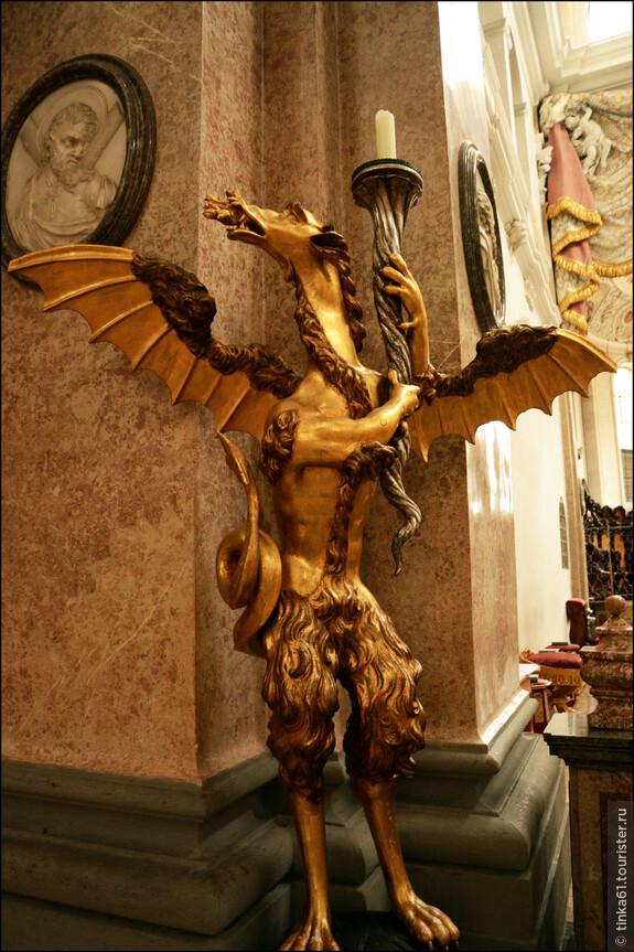 Повсюду множество необычных  деревянных скульптур.