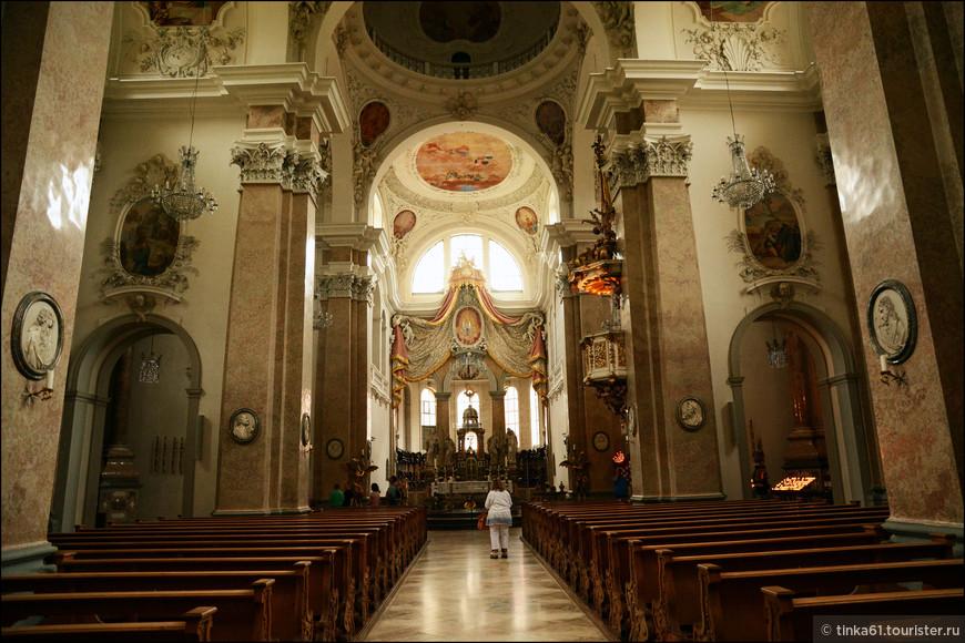 Роскошные интерьеры собора  удивили, несколько неожиданно для маленького в общем-то городка.