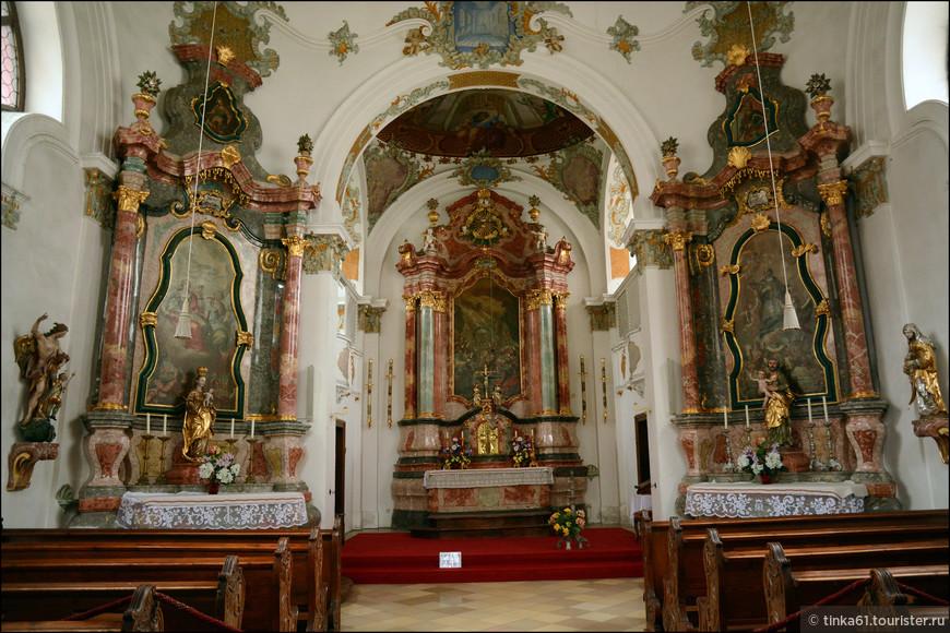 Внутреннее убранство церкви оформлено в стиле барокко. Стены и потолок украшены фресками, что придает интерьерам  особый шарм.