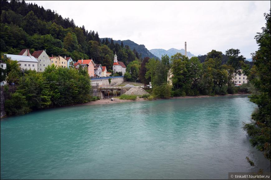 Прямо за церковью Святого Духа  можно выйти к реке Лех. Это один из притоков Дуная. вода в речке голубая-голубая.
