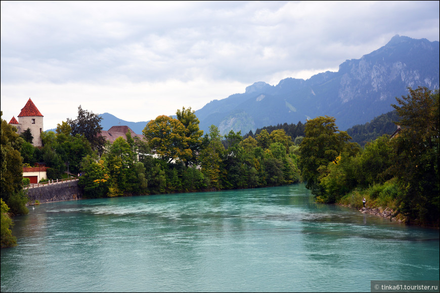 Небо в тот день хмурилось, но даже оно не могло испортить  яркие оттенки голубого реки.