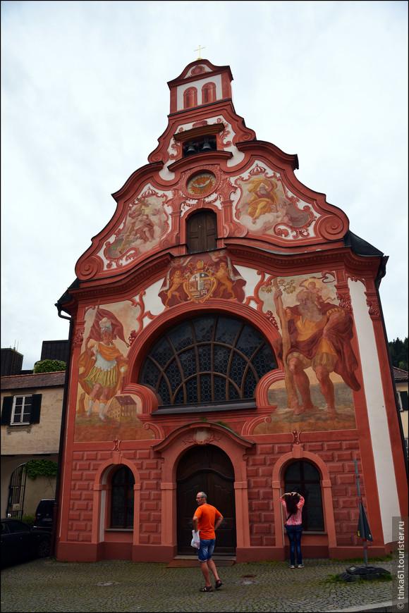 Фасад церкви украшает большое окно в виде раковины, вокруг которого можно видеть великолепные фрески. По старинной легенде, эта церковь была построена, чтобы своей святостью защитить город от многочисленных пожаров.