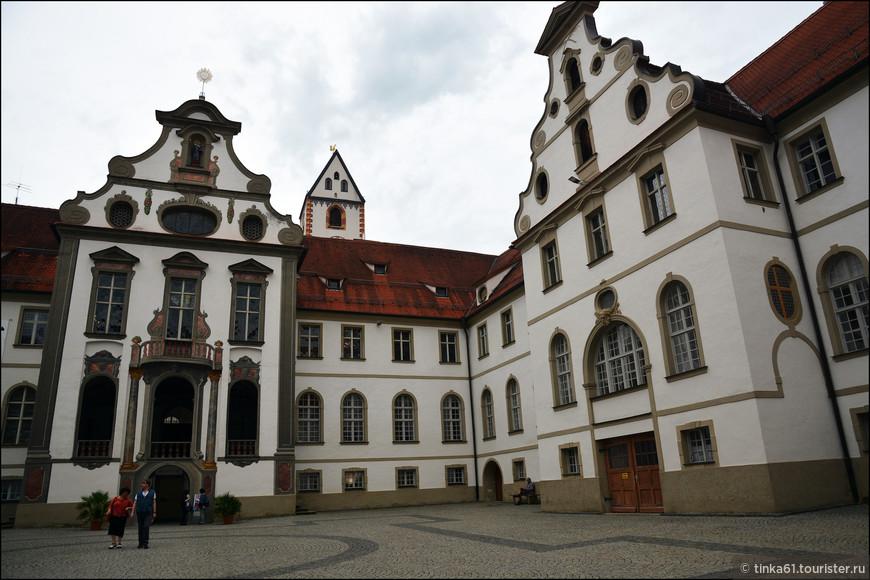 Внутренний двор Замка Фюссена. Высокий замок стоит на горе Шлоссберг – самой высокой точке города. Он возводился как мощное фортификационное сооружение, использовался в качестве летней епископской резиденции, а в итоге стал филиалом Баварского государственного собрания искусств.