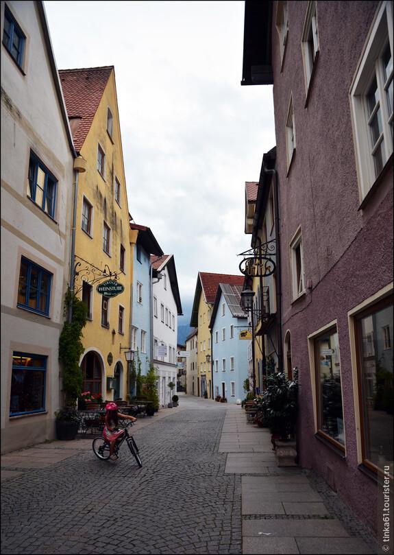 Если свернуть с центральной улицы, то можно оказаться в почти безлюдных переулках.