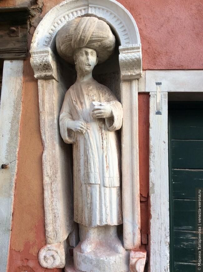 Странные фигуры на улицах Венеции