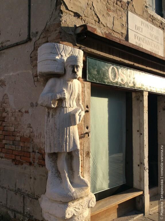 А у этой статуи металлический нос.