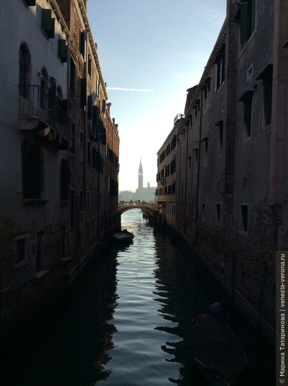 Город, как голос наяды, В призрачно-светлом былом, Кружев узорней аркады, Воды застыли стеклом.