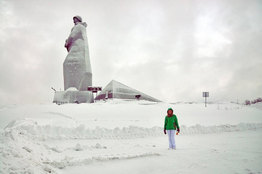 В Мурманске смотровая площадка расположена рядом с памятником Алеше, который напоминает нам о безызвестных солдатах Великой Отечественной Войны, павших в боях за Родину.