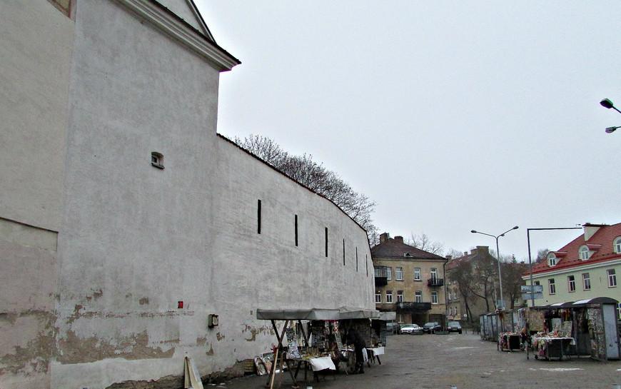 Остатки городских укреплений XVI в. при входе в Старый город.