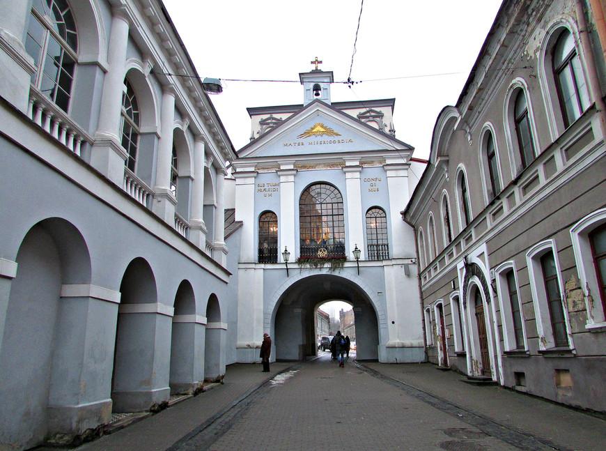 Эта часть улицы Аушрос Вартай разительно отличается от той, что осталась за стенами. Да и сами ворота выглядят с этой стороны роскошнее. Над воротами - часовня, где помещается чудотворная и очень почитаемая в Литве  икона Матери Божьей Остробрамской.