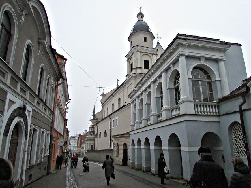 Спускаемся вниз по улице Аушрос Вартай. Впереди - костел св. Терезы.