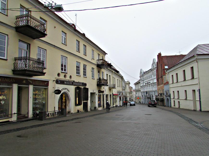 Улица Аушрос Вартай - одна из главных в Старом городе. На ней сохранилось много архитектурных и культовых памятников.