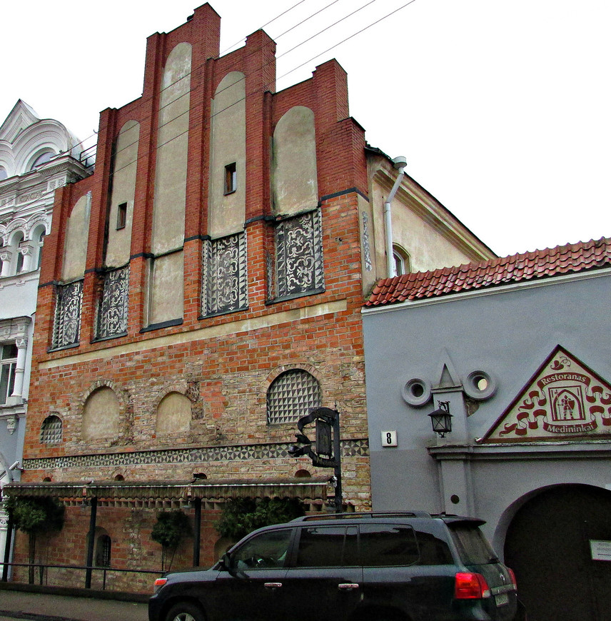 Дом 16 в. на ул. Аушрос Вартай. Бывшее православное училище при Свято-Духовом монастыре. Сейчас здесь располагается ресторан Мядининкай.