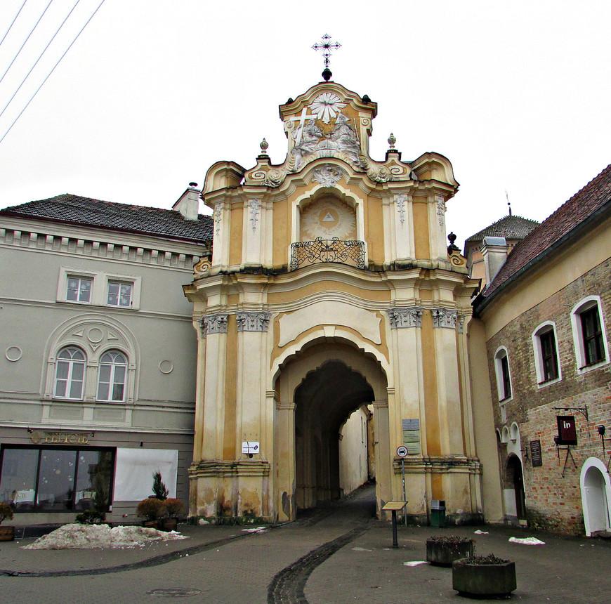 Ворота Базилианского монастыря выстроены в конце XVIII в. в стиле позднего барокко. .