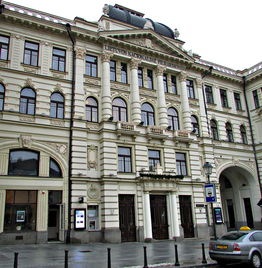 Неподалеку от них - роскошное здание Литовской национальной филармонии.