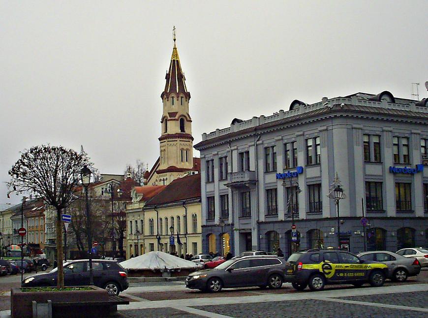 Улица Диджёи. Вдали - Никольская церковь. Небольшой двухэтажный дом перед ней -  посольство Швеции. А сиреневое трехэтажное здание - бывший Русско-Азиатский банк.