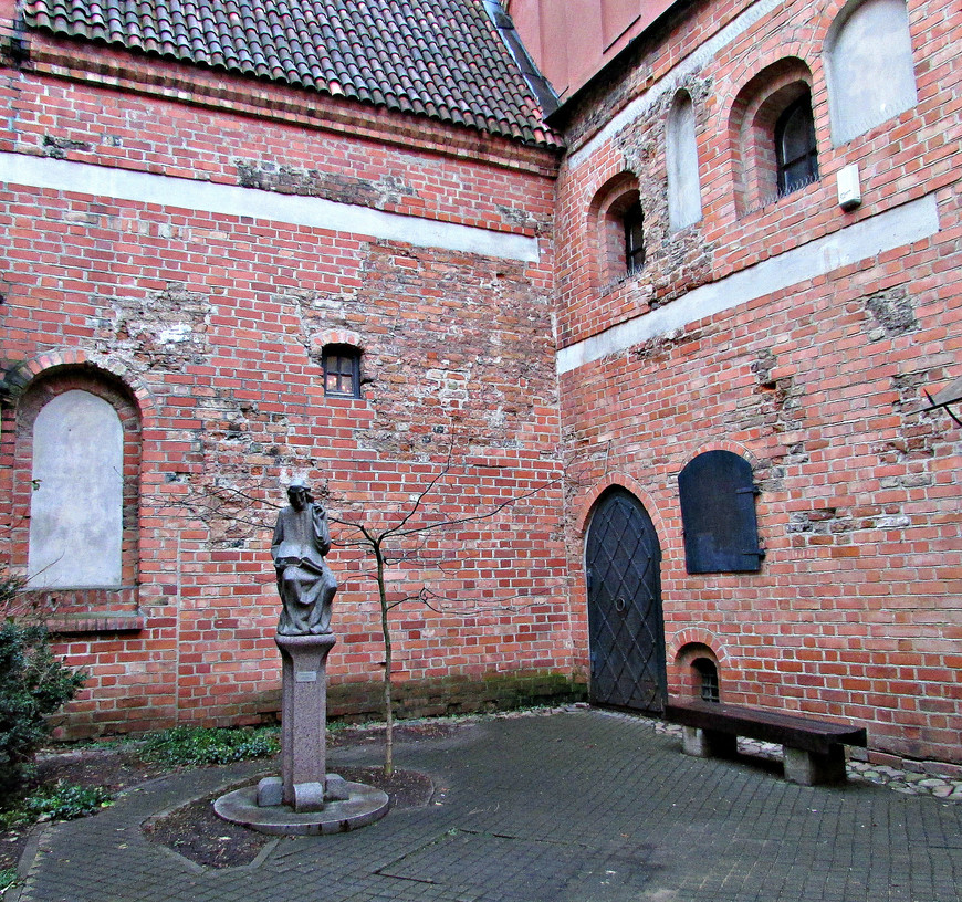 """По пути осмотрели  колоритный старинный дворик, где  установлена скульптура """"Летописец""""."""