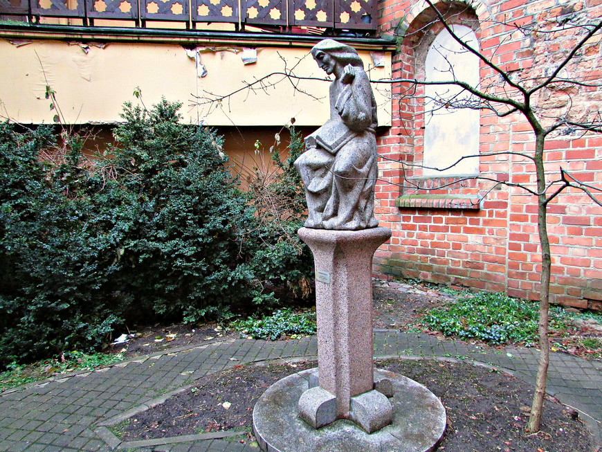 Она поставлена в память  о виленских первопечатниках (в этом квартале жил Франциск Скорина и в конце XVI века действовала печатня купцов Мамоничей).