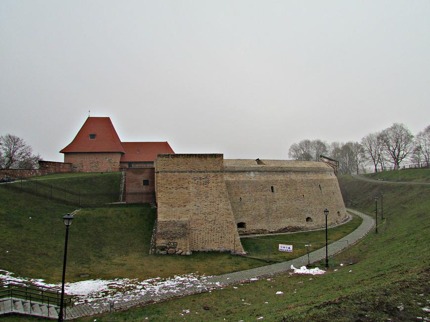 Свою прогулку по Старому Вильнюсу мы начали с осмотра городских укреплений - оригинальных и частично восстановленных. Артиллерийский бастион (барбакан). Сейчас здесь располагается Музей оружия.