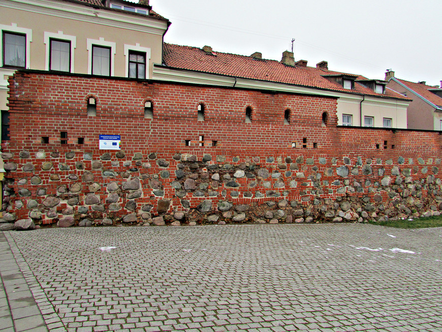 Восстановленная стена, которая тянется вдоль улицы Бокшто.