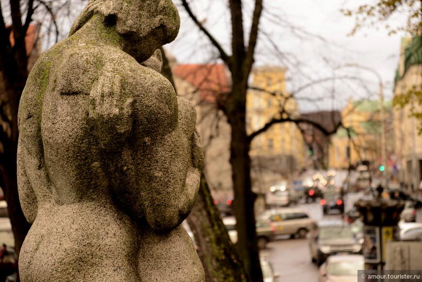 Заглянули на Горку поцелуев с её интересными скульптурами.