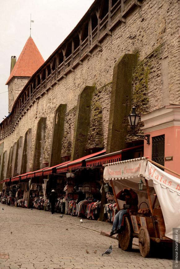 Под крепостной стеной укрылся рынок, где можно приобрести вязаные вещи.