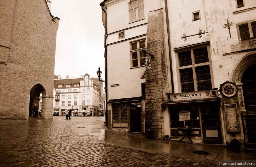 Близлежащие кварталы выглядят практически как в Средние века.