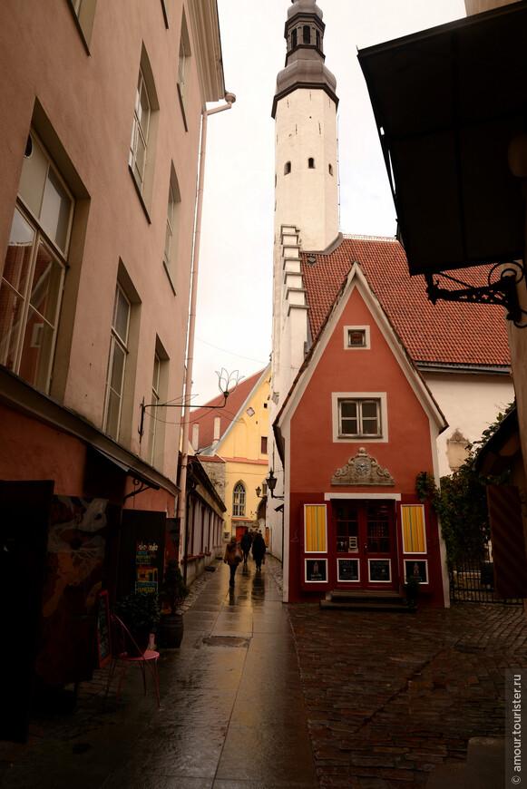 Маленькая уютная улочка Саиаканг, похожая на игрушку. В конце её возвышается колокольня Духовской церкви.