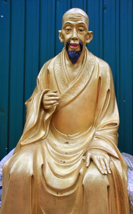 По бокам дороги - Будды. Много-много Будд!